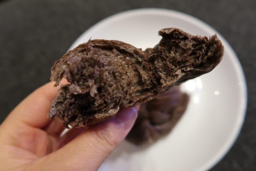 セブンイレブンのもちもちパン(チョコ&カスタード)のチョコレートパンの断面