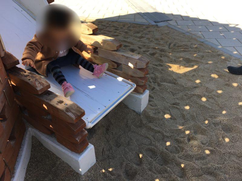 あそびーち(うみたまご)のイワシ玉・スライダーで遊ぶ子供
