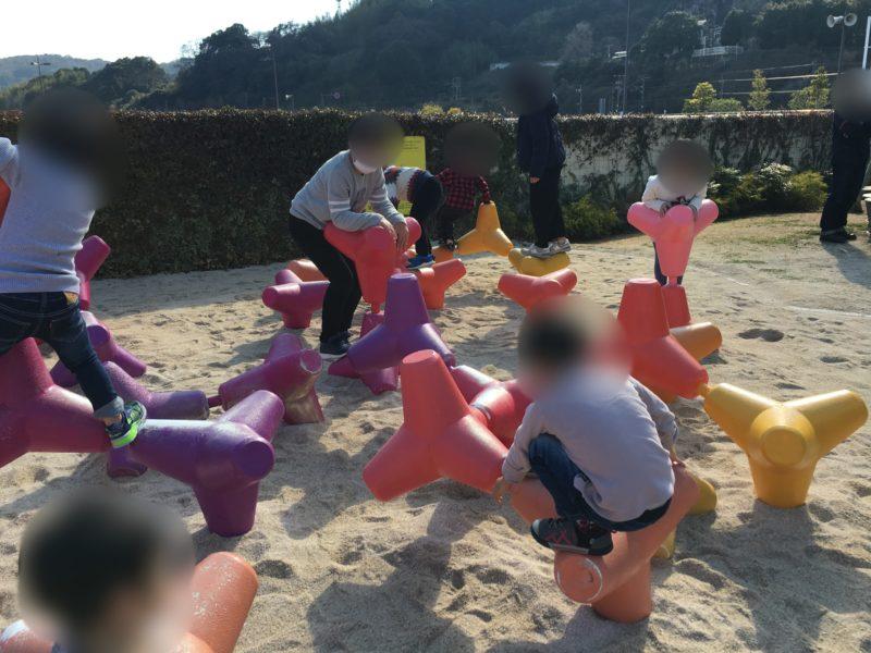 あそびーち(うみたまご)のサンゴ・めいろで遊ぶ子供たち
