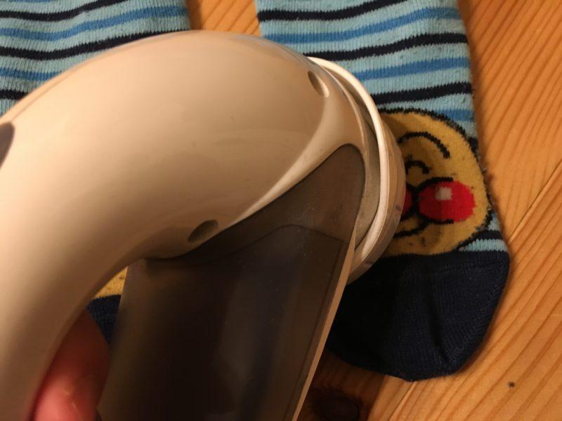テスコム(TESCOM )の毛玉クリーナー(KD778-H)のセットでアンパンマン靴下の毛玉を取る様子
